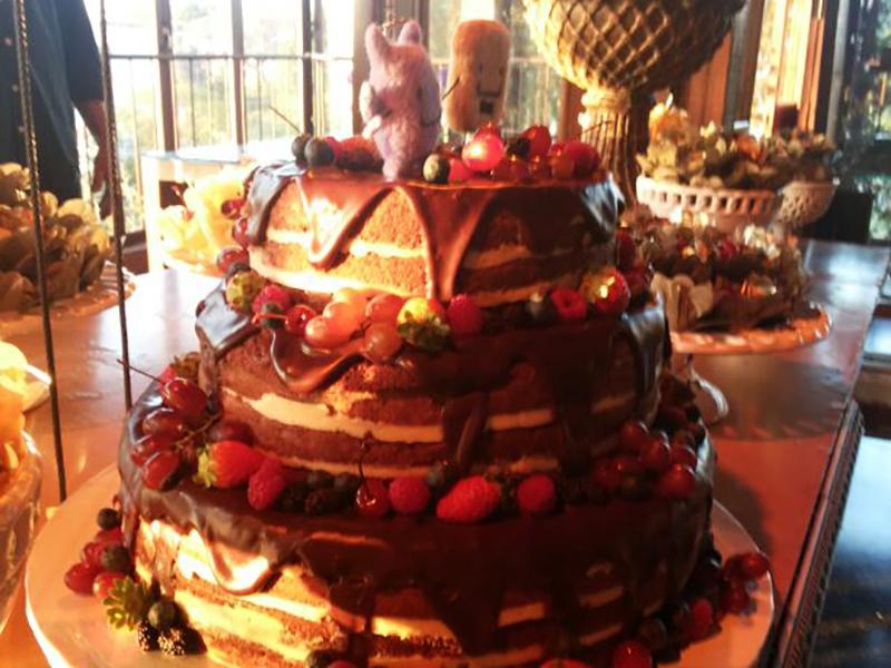 Naked Cake 3 andares com calda de chocolate